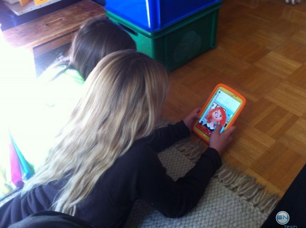 Unsere Nachwuchstester beim Spielen mit dem Samsung Galaxy Tab 3 Kids