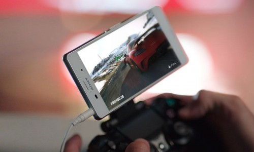 Xperia Smartphone am Wireless Controller der PS4 - Pressfoto